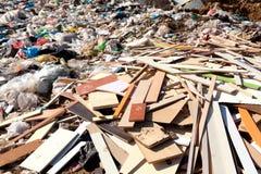 Mucchio di immondizia domestica in materiale di riporto Immagine Stock