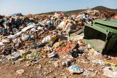 Mucchio di immondizia domestica in materiale di riporto Immagini Stock