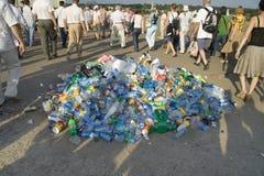 Mucchio di immondizia e della gente durante il salone MAKS dell'aria Immagini Stock