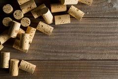 Mucchio di inutilizzato, nuovo, sugheri naturali del vino di marrone sul bordo di legno, f immagini stock