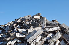 Mucchio di legna da ardere e di cielo blu Fotografia Stock