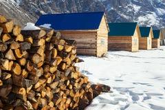 Mucchio di legna da ardere impilato su davanti all'case Scena rurale immagine stock libera da diritti