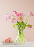 Mucchio di Macaron con i tulipani Fotografia Stock Libera da Diritti