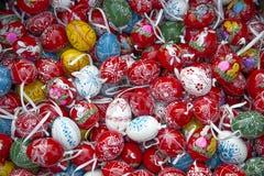Mucchio di molte uova di Pasqua casalinghe dipinte a mano variopinte sul retai Fotografia Stock