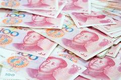 Mucchio di molto cento banconote cinesi di yuan sulla tavola, China Fotografia Stock