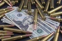 Mucchio di munizioni su soldi americani Immagini Stock