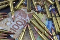 Mucchio di munizioni su soldi canadesi Immagini Stock Libere da Diritti