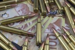 Mucchio di munizioni su soldi canadesi Fotografia Stock