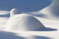 Mucchio di neve alla luce solare luminosa Fotografia Stock Libera da Diritti