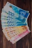 Mucchio di nuove banconote israeliane con i nuovi 200, 100, 20 NIS degli shekel Fotografia Stock