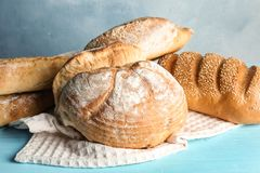 Mucchio di pane fresco sulla tavola contro il fondo di colore immagini stock libere da diritti