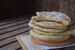 Mucchio di pane piano casalingo su un fondo di legno Taco messicano del flatbread Indiano Naan Spazio per testo Fotografia Stock Libera da Diritti