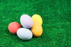 Mucchio di Pasqua delle uova su erba verde Fotografia Stock