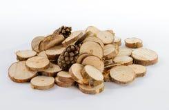 Mucchio di piccoli pezzi rotondi di rami del pino e due di pino segati c Fotografia Stock