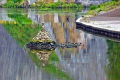 Mucchio di pietra in canale navigabile Fotografia Stock Libera da Diritti