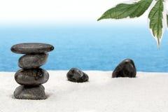 Mucchio di pietra equilibrato sulla spiaggia Immagini Stock
