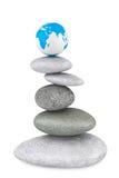 Mucchio di pietra in Zen Garden con un globo della terra Immagine Stock Libera da Diritti