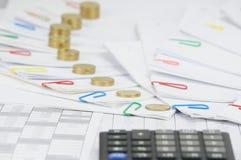 Mucchio di punto delle monete di oro sul punto di lavoro di ufficio Fotografia Stock