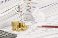 Mucchio di punto delle monete e della matita di oro sul conto di finanza Immagine Stock Libera da Diritti