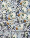 Mucchio di soldi in cento diffusioni delle banconote del dollaro su superficie Fotografia Stock