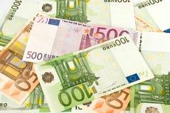 Mucchio di soldi che contiene le euro banconote Immagini Stock