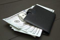 Mucchio di soldi e del portafoglio Fotografia Stock Libera da Diritti
