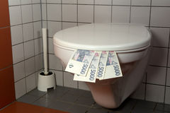 Mucchio di soldi in una toilette Fotografia Stock