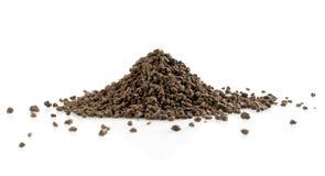 Mucchio di tè nero su bianco Fotografia Stock Libera da Diritti