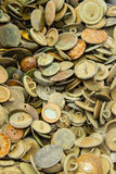 Mucchio di vecchi bottoni arrugginiti da vendere al bazar Fotografia Stock
