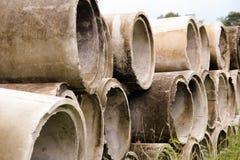 Mucchio di vecchi e tubi sporchi del cemento immagine stock