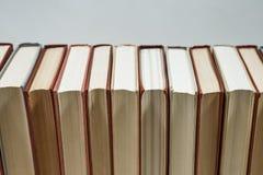 Mucchio di vecchi libri di colori pastelli impilati Immagini Stock