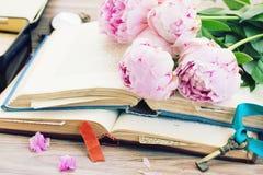 Mucchio di vecchi libri con i fiori Immagini Stock
