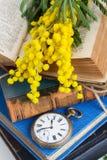 Mucchio di vecchi libri con l'orologio da tasca Fotografie Stock