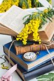 Mucchio di vecchi libri con l'orologio da tasca Fotografia Stock