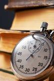 Mucchio di vecchi libri e del cronometro Immagini Stock