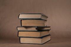 Mucchio di vecchi libri orizzontali immagini stock