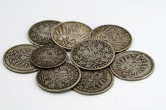 Mucchio di vecchia moneta dall'impero tedesco isolato su fondo bianco immagini stock libere da diritti