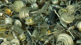 Mucchio di vecchie componenti radiofoniche, transistor del fondo dell'estremità del diodo con le lampadine principali archivi video