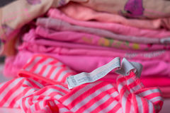 Mucchio di vestiti variopinti fotografia stock libera da diritti