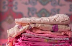 Mucchio di vestiti variopinti immagini stock libere da diritti