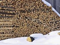 Mucchio e neve di legno Fotografia Stock