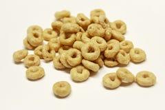 Mucchio isolato di cereale su fondo bianco fotografie stock libere da diritti