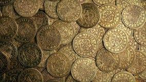Mucchio medievale delle monete di oro che gira colpo sopraelevato video d archivio