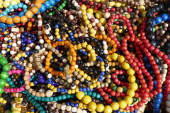 Mucchio multicolore delle collane di legno decorative Immagini Stock Libere da Diritti