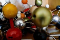 Mucchio multicolore di vecchi modelli dei composti molecolari immagini stock libere da diritti
