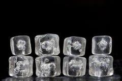 Mucchio orizzontale del fondo di struttura della riflessione dei cubetti di ghiaccio sul nero, spazio della copia Fotografie Stock