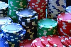 Mucchio rosso, blu, verde, bianco e nero dei chip di mazza Immagine Stock