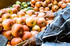 Mucchio selezionato di recente succoso delle mele rosse visualizzate per il cliente in un dettagliante vicino al bordo della stra fotografia stock