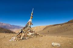 Mucchio tibetano tradizionale e bandiere colorate sul passaggio, Himalaya Fotografia Stock