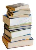 Mucchio verticale dei libri variopinti isolati su bianco Fotografia Stock Libera da Diritti